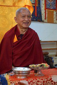 Lama Zopa Rinpoché enseignant au Golden Light Sutra Center, Darkhan, Mongolie, mai 2017. Photo du Vén. Lobsang Shérab.